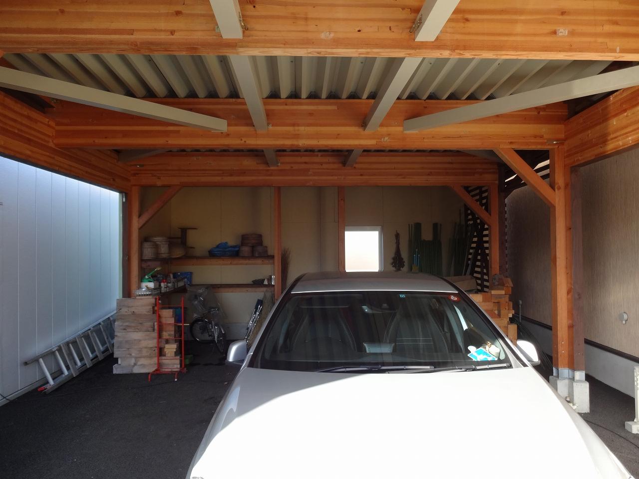 完成したガレージ内部です。工具を置く棚も造作。